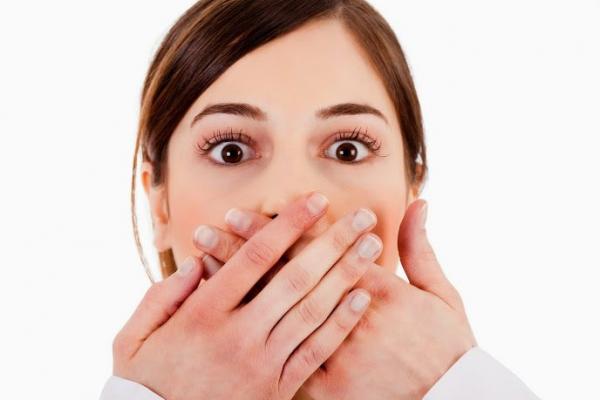 بوی بد دهان چه دلایلی دارد؟